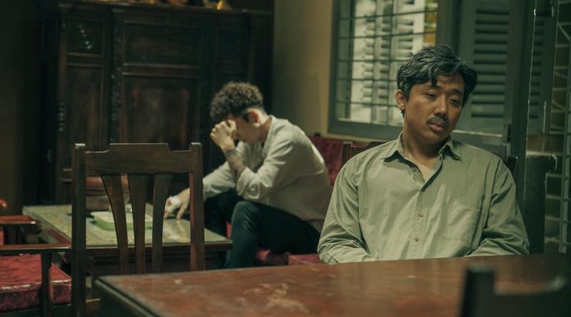 """Sang (Trấn Thành) and Woan (Tuấn Trần) in """"Bố Già (Dad, I'm Sorry)"""" (2021)"""